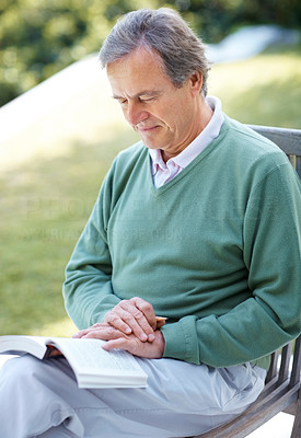 Old man reading a novel in the park - Outdoor